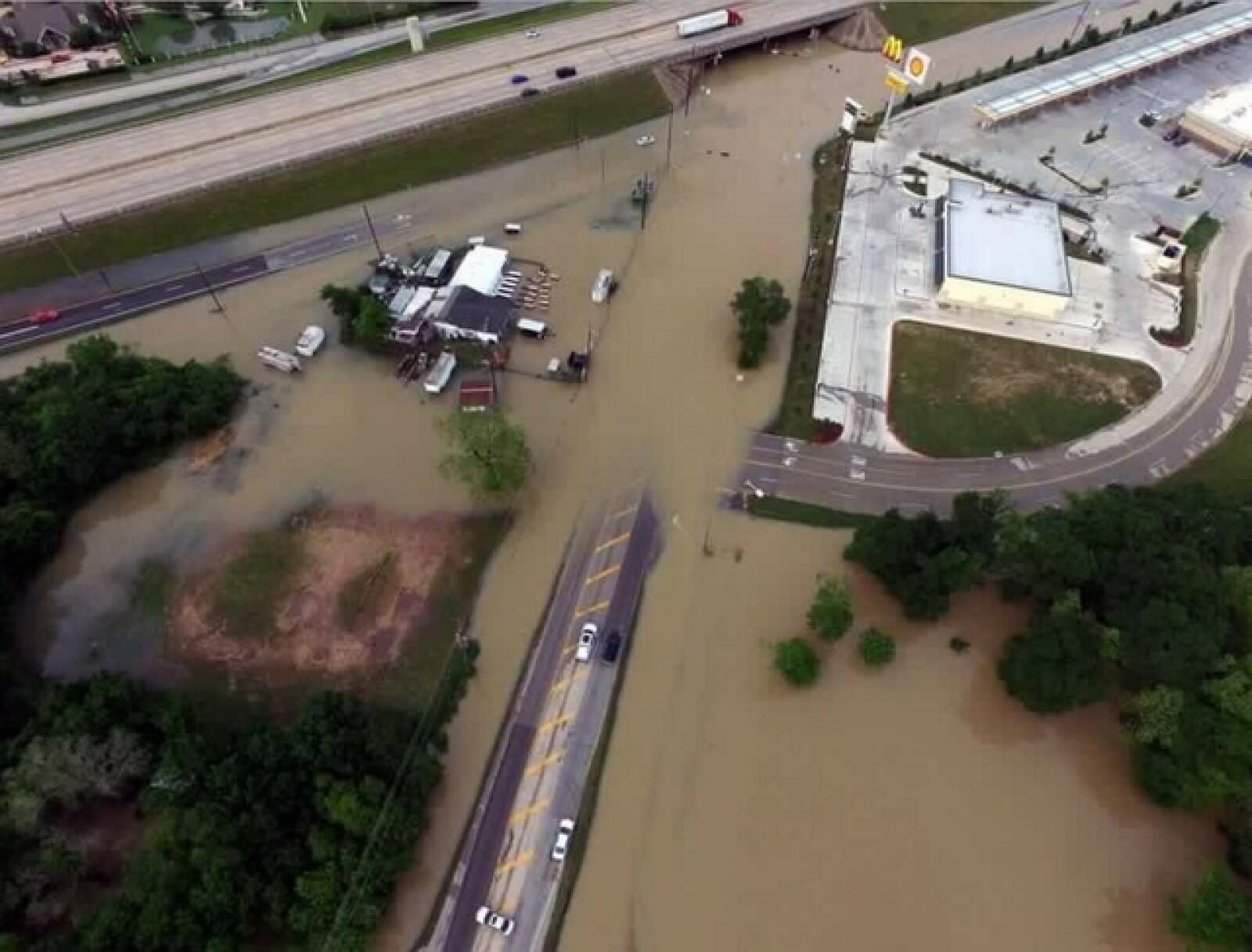 Carreteras se vieron afectadas por las precipitaciones en la ciudad texana.