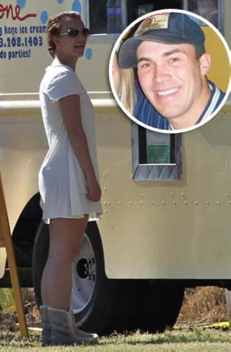 Aunque ya los habían visto juntos, esta vez los captaron saliendo de un spa y en un restaurante de comida mexicana. Y aunque no se muestran cariñosos, aseguran que Britney se ve divertida con él.