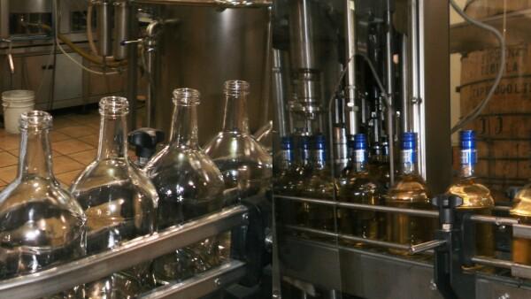 La bebida se embotella, etiqueta y se somete a un control de calidad visual