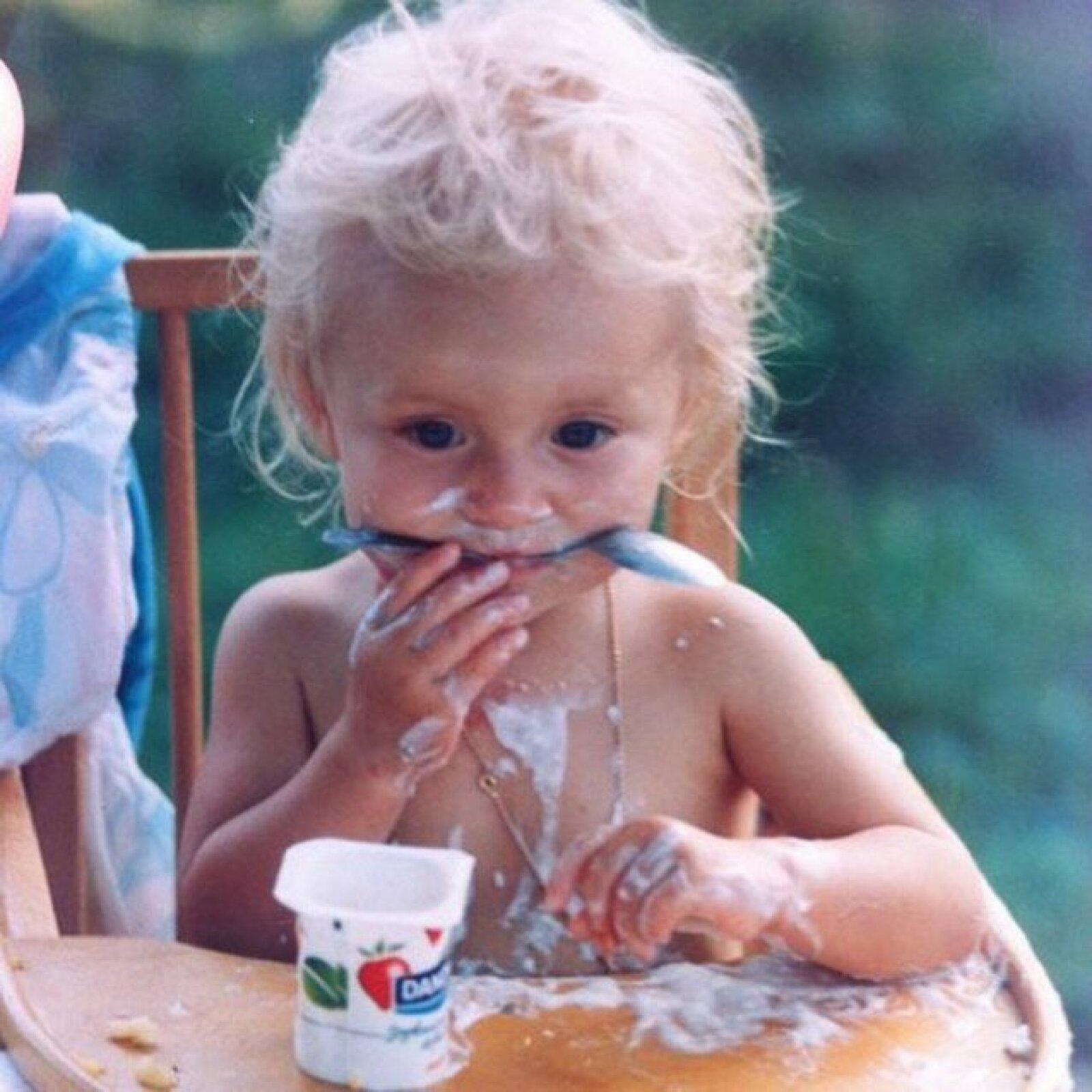Angelique Boyer compartió esta linda imagen de su infancia, su belleza es innegable.