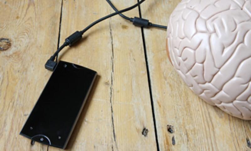 Los estudios científicos no han logrado hallar una relación causal entre teléfonos celulares y tumores cerebrales. (Foto: Getty Images)