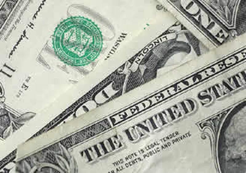 El billete verde cerró la jornada de este lunes con ganancias frente al peso. (Archivo)