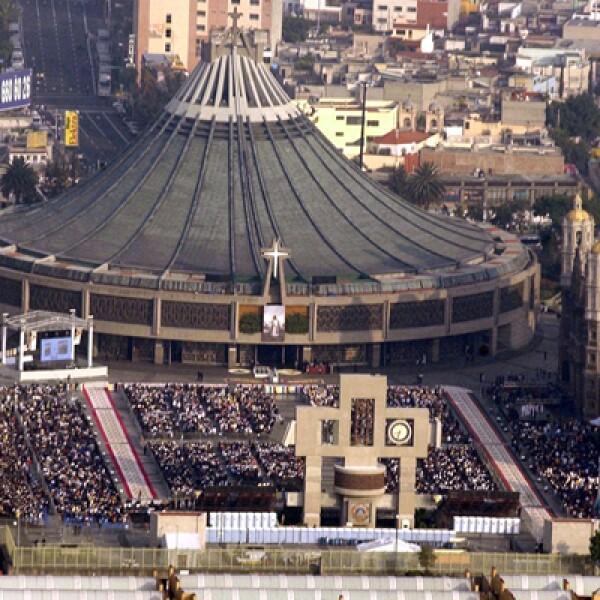 Miles de personas, adentro y afuera de la Basílica, se congregaron para la celebración religiosa.