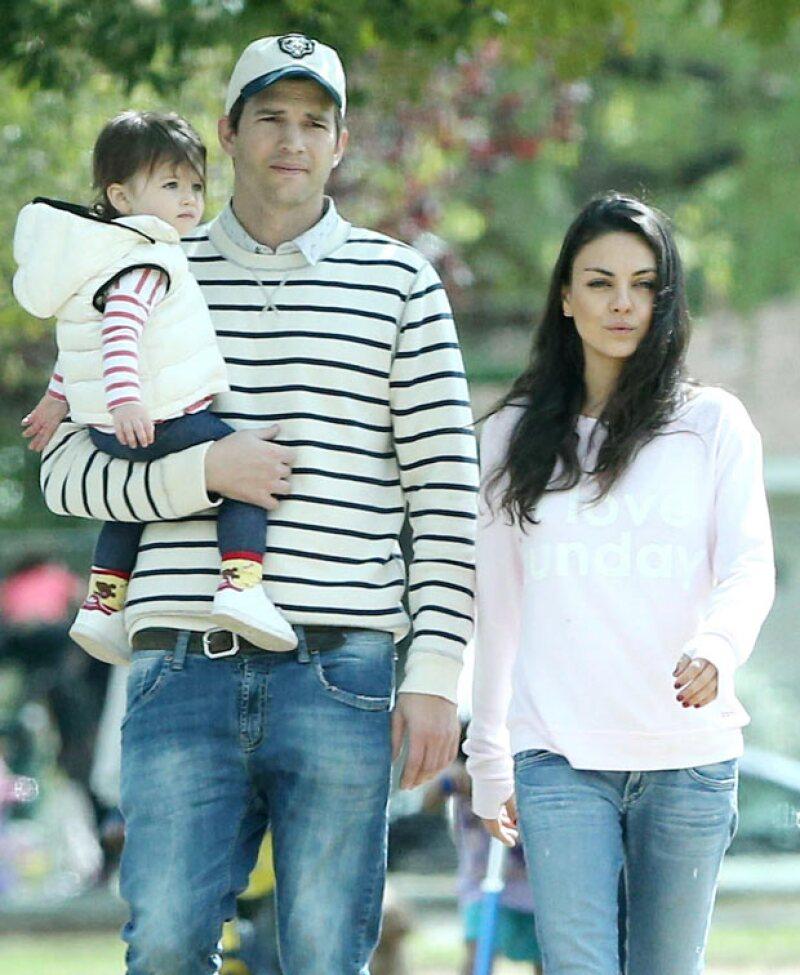 El actor, Mila Kunis y su pequeña de un año fueron captados en un paseo familiar. Y aunque los tres se veían de lo más tiernos no fue eso lo que llamó la atención, sino las prendas que vestían.