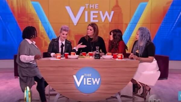 En el programa The View, la hija de Ozzy Osbourne trató de defender a los latinos de las declaraciones del empresario, pero falló en el intento.