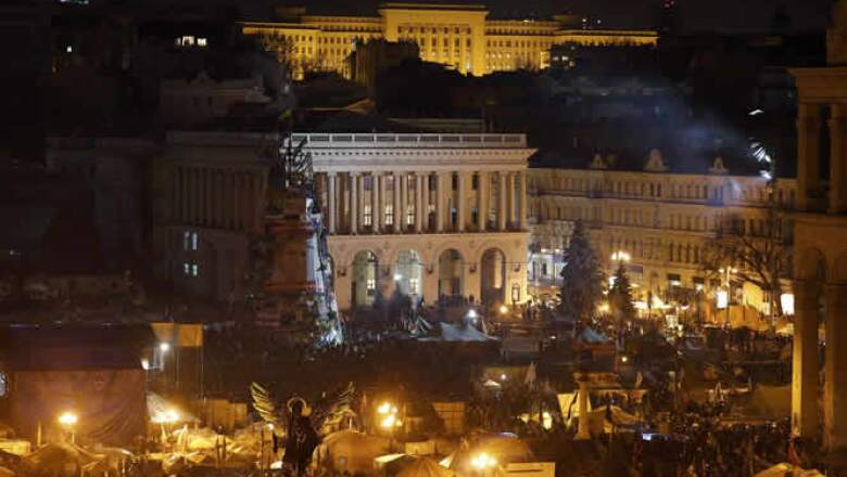 Los manifestantes arrojaron bombas Molotov y adoquines para acorralar a las fuerzas de seguridad en un rincón de la plaza.