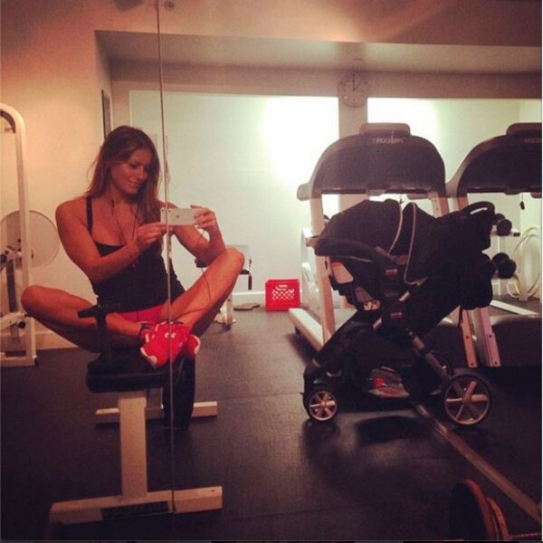 Lola Ponce compartió esta foto en el gimnasio, junto a la carriola de su hija de poco más de un mes de nacida.