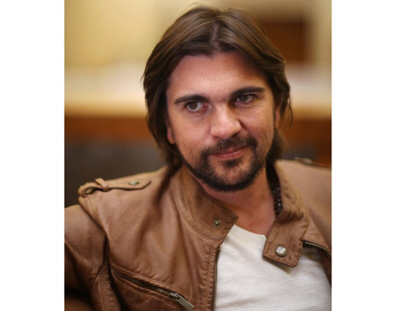 Debido a las altas ventas que tuvo su último trabajo, el cantante colombiano fue premiado por una tienda de discos.