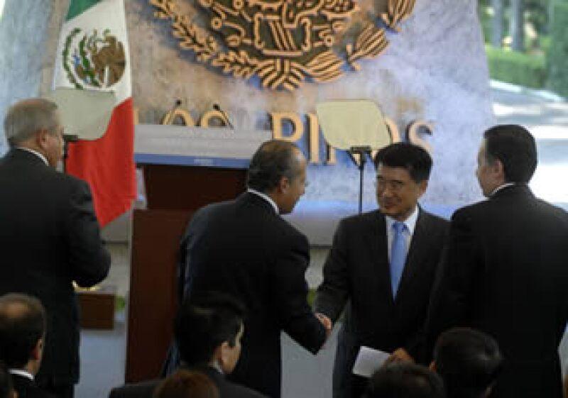 El mandatario Felipe Calderón saludó en Los Pinos al presidente de Posco México, Min Dong Kim.  (Foto: Notimex)