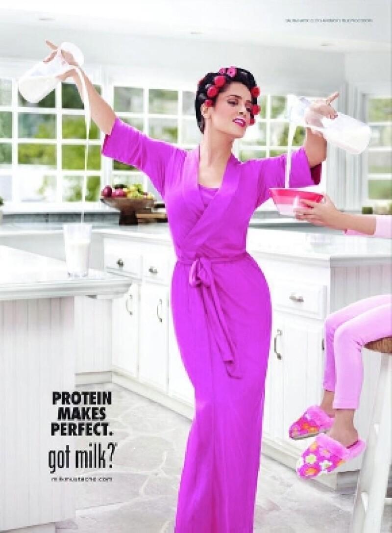 En la imagen vemos a la veracruzana posando con estilo mientras sirve leche a su hija.