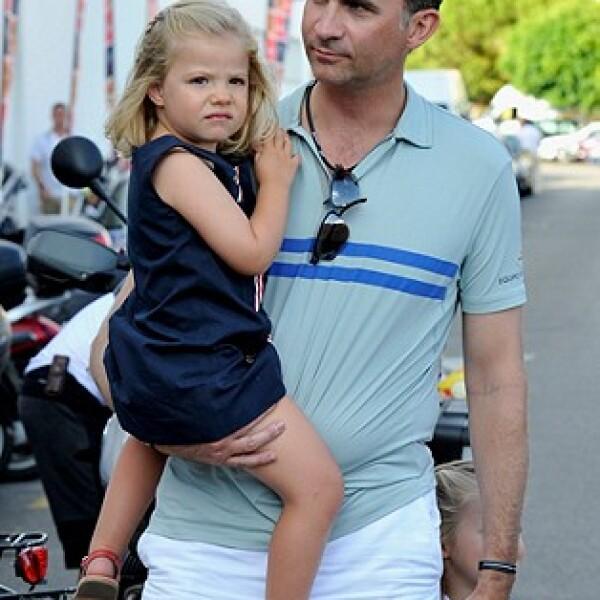 Felipe no tiene miedo de ser cariñoso con sus hijas frente a la gente o cámaras.