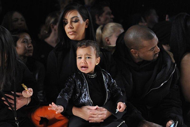 La hija de Kim y Kanye volvió a demostrar que asistir a pasarelas no es lo suyo, pues nuevamente hizo pasar a sus papás un penoso momento.