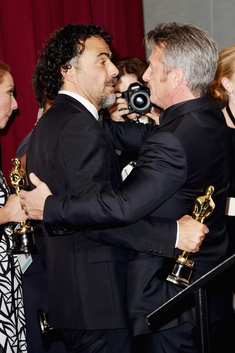 Alejandro González Iñárritu intercambiando palabras en el Oscar 2015 con Sean Penn.