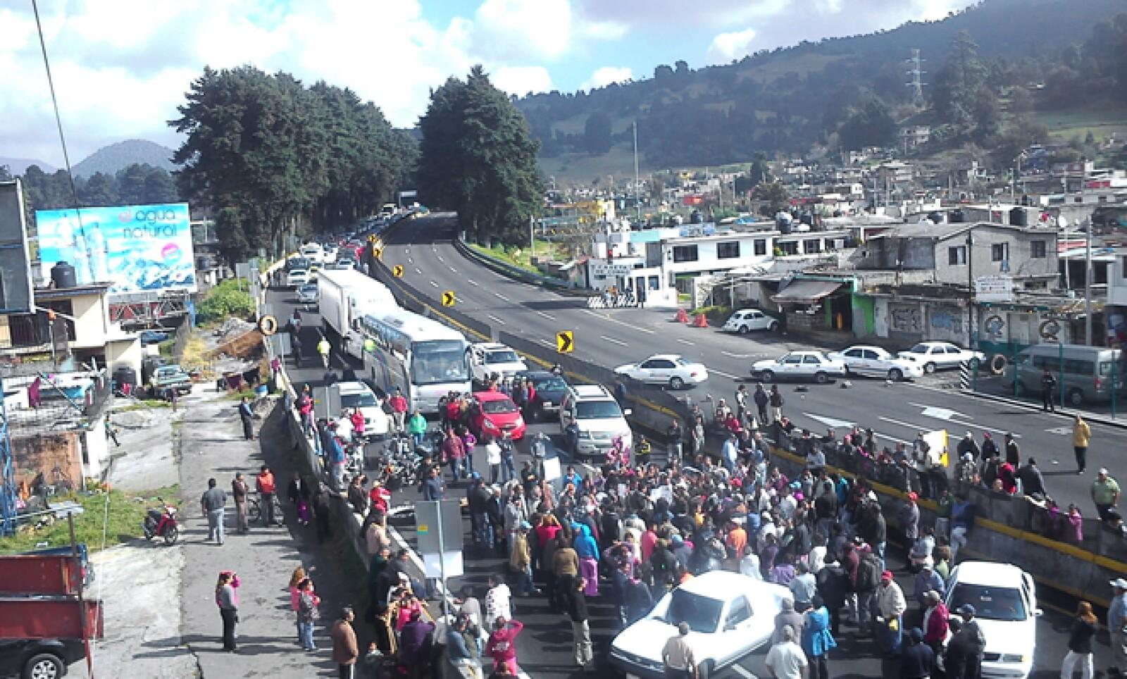 Habitantes el poblado de Tres Marías bloquearon la autopista México-Cuernavaca exigiendo mayor seguridad en la región, aunque el portal CNNMéxico reporta que es por el secuestro de un joven en Morelos.