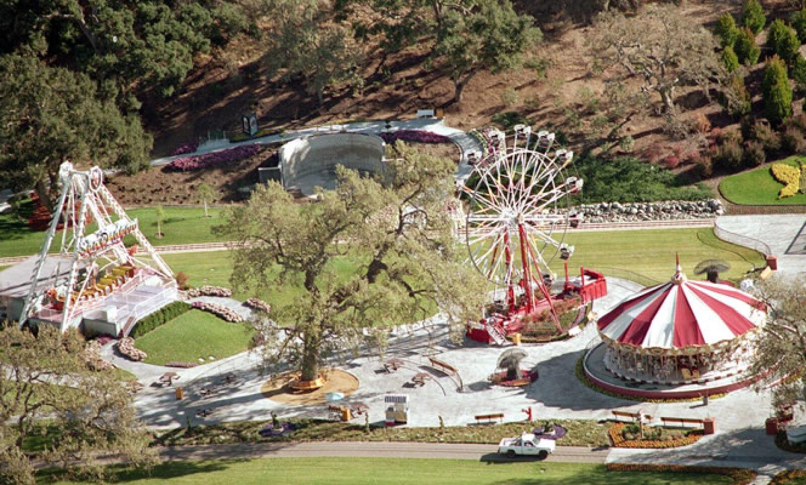 La firma turística Channel Island Helicopters organizó vuelos sobre el rancho Neverland, en el sur de California, donde Jackson vivió. El costo de cada viaje es de 175 dólares.