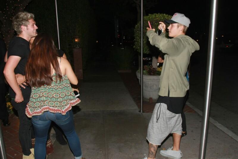 Mientras Cody posaba junto a sus fans, Justin era el encargado de tomar las fotografías.