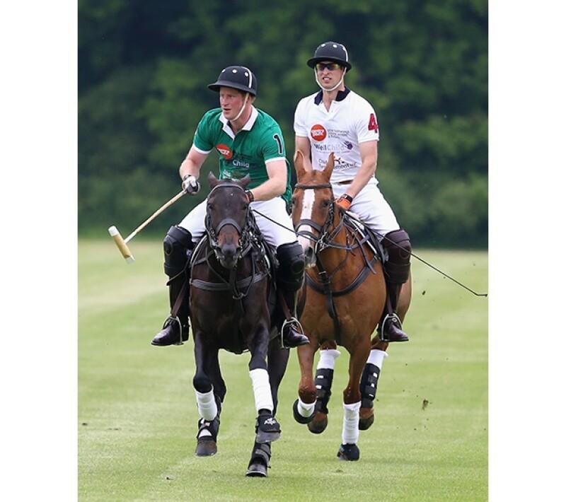 La duquesa de Cambridge y el primogénito de Guillermo de Inglaterra fueron captados en una tranquila mañana de domingo durante un partido de polo en Cirencester, Inglaterra.