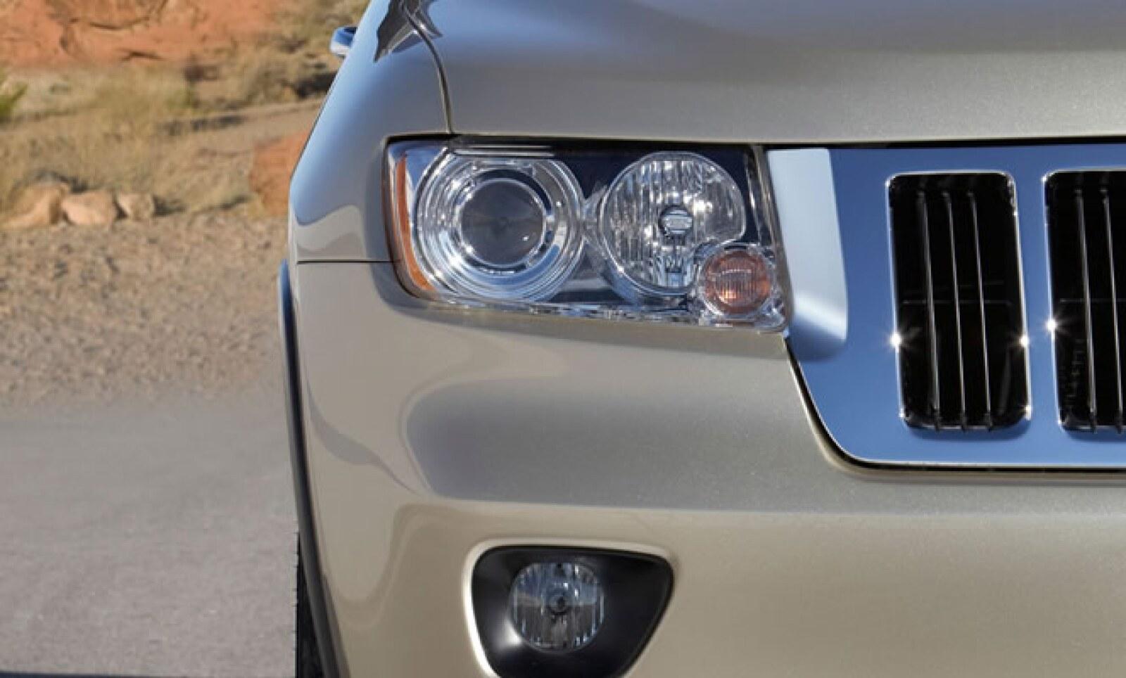 Posee frenos ABS, control de tracción, bolsas de aire, asistente en pendientes y sensor para medir distancias al estacionarte.