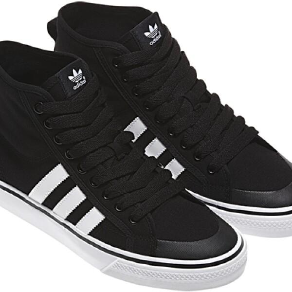 Adidas Originals mantiene un clásico de 'los viejos tiempos'. Presenta sus tenis en negro con las tres franjas características en blanco.