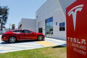 FILE PHOTO: FILE PHOTO: A Tesla sales and service center is shown in Costa Mesa, California