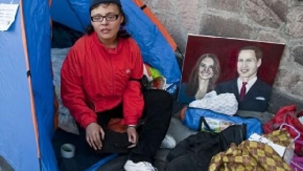 Estibalis Georgina Chávez, quien realizara una huelga de hambre para acudir a la unión matrimonial del príncipe Guillermo y Kate Middleton, ya tiene boleto para viajar a Londres.
