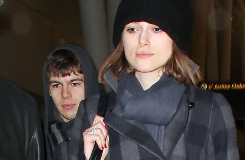 La actriz británica fue captada portando el sencillo pero elegante anillo de compromiso que le dio el músico James Righton, mientras ambos paseaban en Londres.