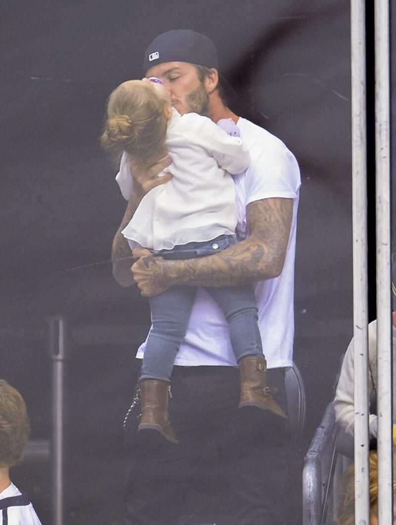 La popular familia acudió este fin de semana a un partido de hockey sobre hielo en el Staples Center de Los Ángeles, donde pudimos captarlos muy cariñosos.
