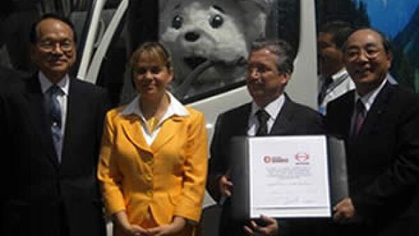 En el acto estuvieron presentes el embajador de Japón, Masaaki Ono; la subsecretaria de Medio Ambiente del DF, Martha Delgado; Leonel Carrasco, de Grupo Bimbo, y Yoshio Shirai, presidente de Hino Motors. (Foto: Silvia Ortiz)