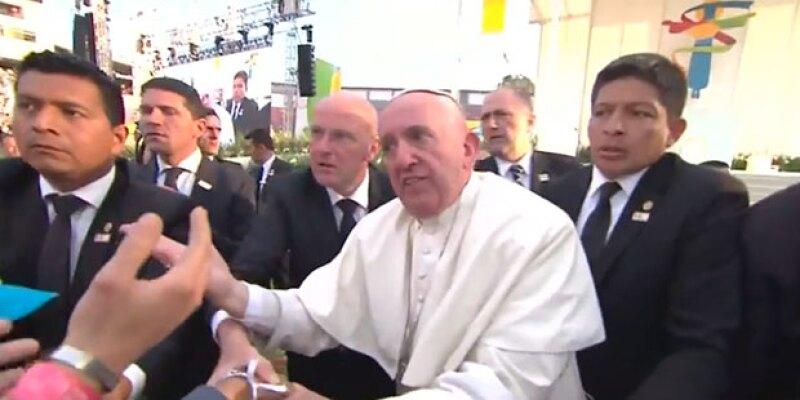 En su visita a Michoacán, un seguidor jaló al Pontífice del brazo para recibir su bendición, haciéndolo casi caer sobre una persona en silla de ruedas.
