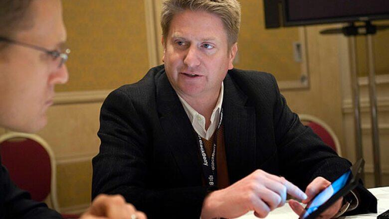 Jeff McDowell, vicepresidente senior de marketing para plataformas de Research in Motion (RIM), hace una demostración de la PlayBook, una 'tablet' de 7 pulgadas.