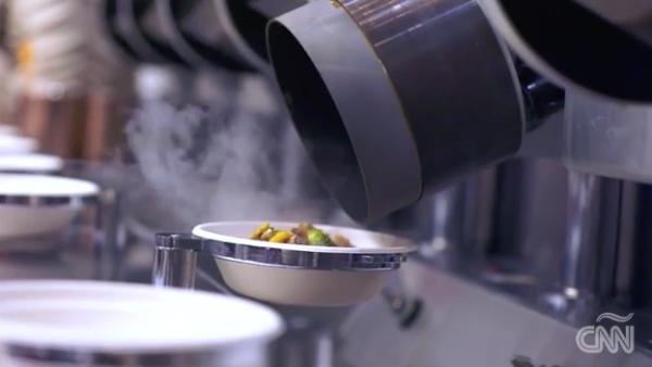 Esta cocina robótica fue programada para preparar platillos en 2 minutos y medio