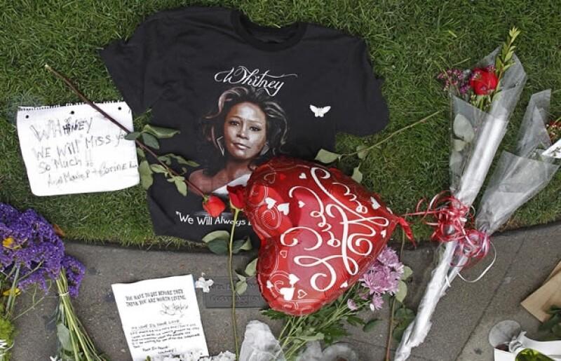 Admiradores han dejado flores y recuerdos frente al hotel donde murió la cantante.