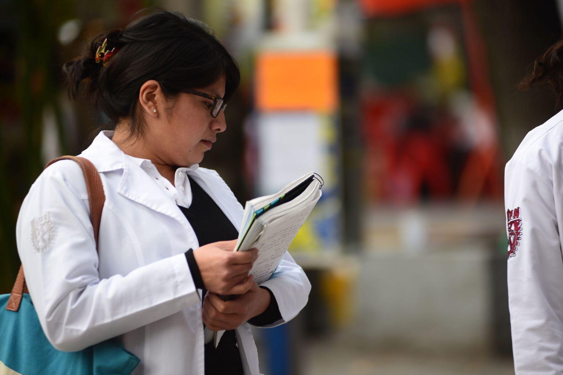 MÉXICO, D.F., 15DICIEMBRE2014.- Las escuelas de medicina del Instituto Politécnico Nacional reanudaron clases el día de hoy, por la huelga de más de 2 meses por la modificación a los planes de estudio. Estudiantes, maestros y personal administrativo retomaron sus actividades a las 7 de la mañana. El resto de las escuelas retomarán clases el 7 de enero.  FOTO: ISABEL MATEOS /CUARTOSCURO.COM