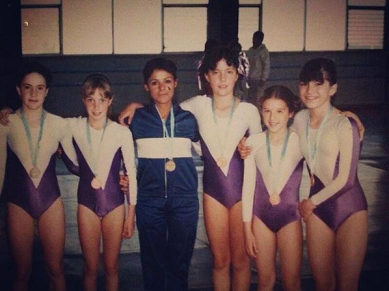 La cantante y actriz publicó una foto de niña en la que aparece con su equipo de gimnasia olímpica del Colegio Alemán.