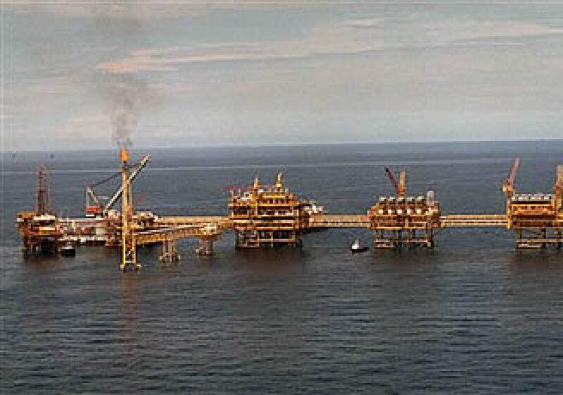 El yacimiento de Cantarell en Campeche ha producido más de 31,000 millones de barrilles desde su apertura. (Foto: AP)