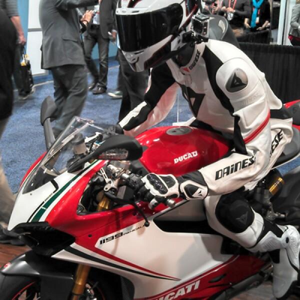 La compañía estadounidense presentó una cámara especial que se monta en el casco de los motociclistas y que graba video en alta definición.