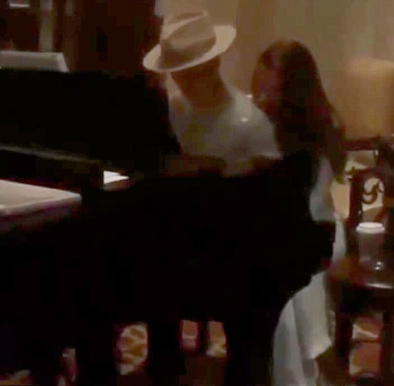 El cantante fue visto en una romántica velada que incluyó cena y baile con la modelo Xenia Deli, a quien conoció durante el rodaje del videoclip de su nueva canción What Do You Mean?.