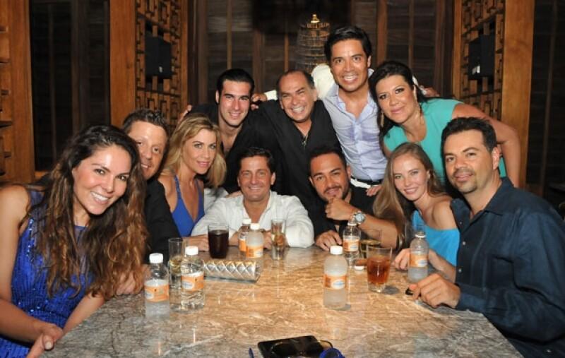 La pareja se casó por el civil ayer por la noche en Punta Nizuc, un exclusivo hotel de Cancún. Entre los invitados estuvieron: Alejandro Basteri, Mariana Gómez del Campo y varios más.