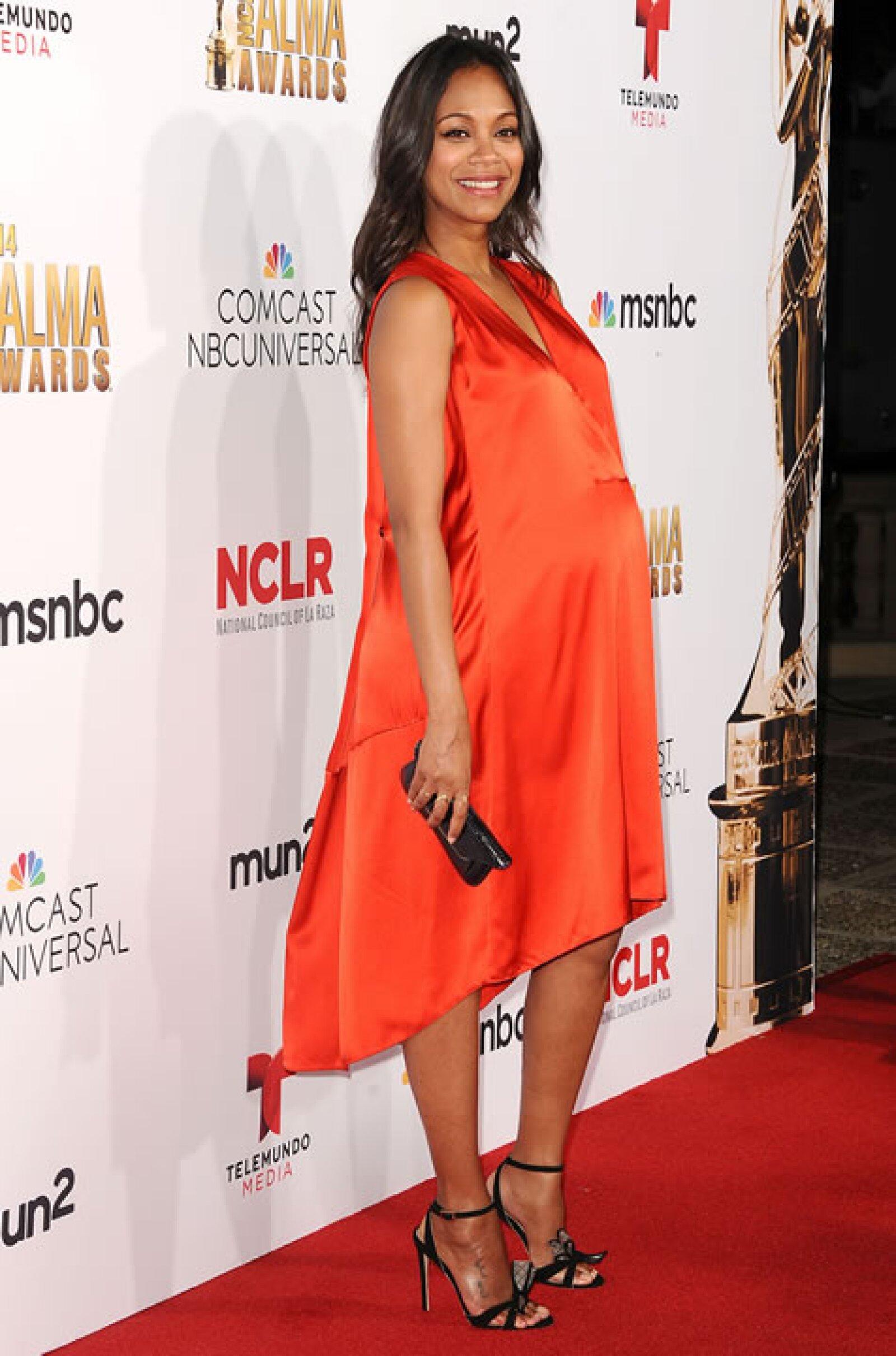 Zoe Saldana presumió su avanzado embarazo en la noche de premios.