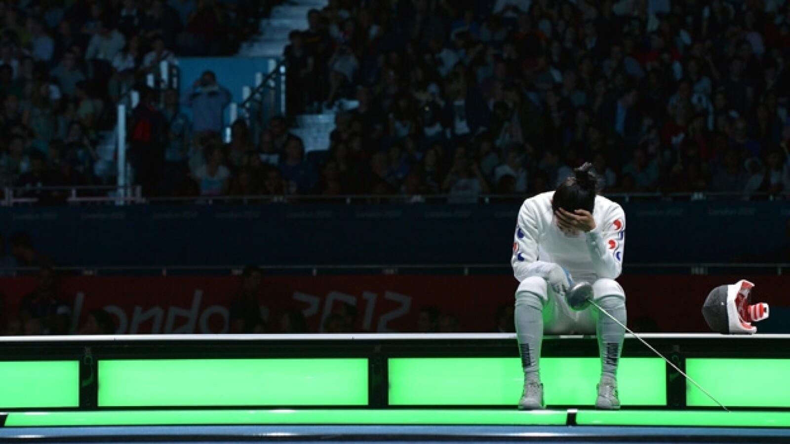Competidora de esgrima de Corea llora