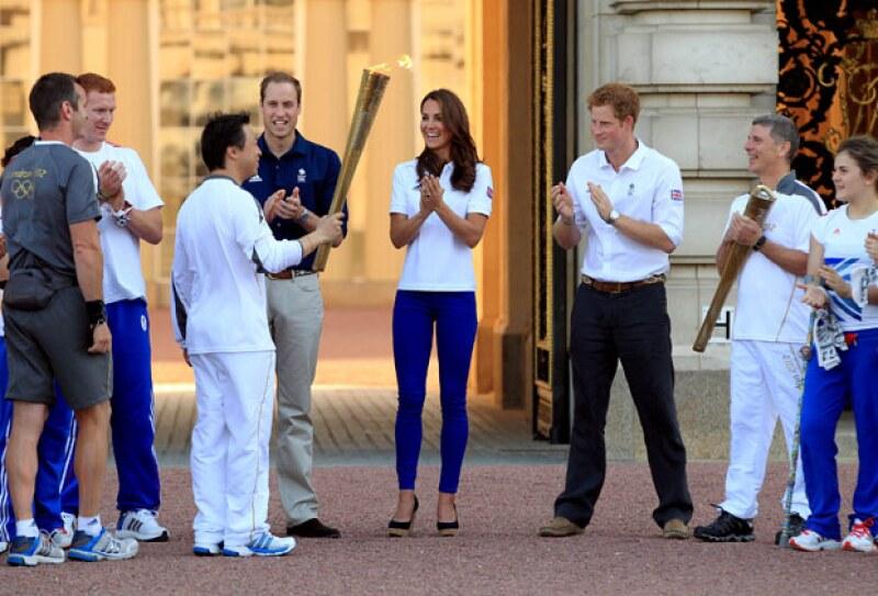 El príncipe Guillermo y Kate Middleton recibieron la tarde de hoy la histórica antorcha con la que se encenderá el fuego olímpico.