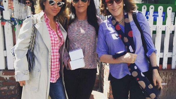 La actriz y la escritora Sabina Berman festejaron los 53 años de la periodista mexicana en Los Ángeles.