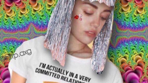 Pizza, Elvis Presley, disfraces, psicodelia, imágenes de su infancia... algunos de los elementos recurrentes en el Instagram de Miley.