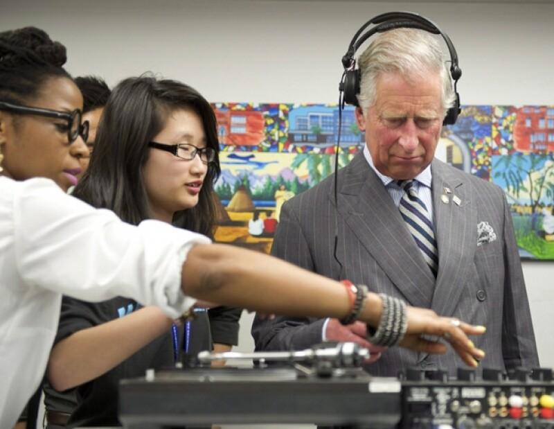 El monarca recibió la ayuda de algunos estudiantes, quienes le enseñaron a mezclar discos.