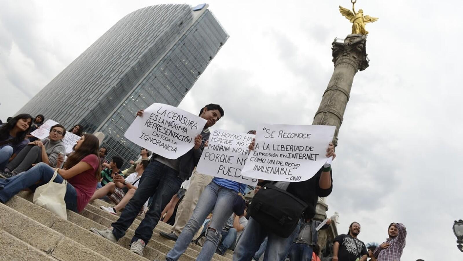 Con pancartas, los manifestantes mostraron su rechazo a las leyes secundarias de la ley de telecomunicaciones