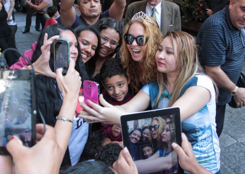 """La actriz mexicana se encuentra filmando el remake de """"Carita de Ángel"""" en este país, donde protagonizó un momento muy tierno con una de sus fans."""