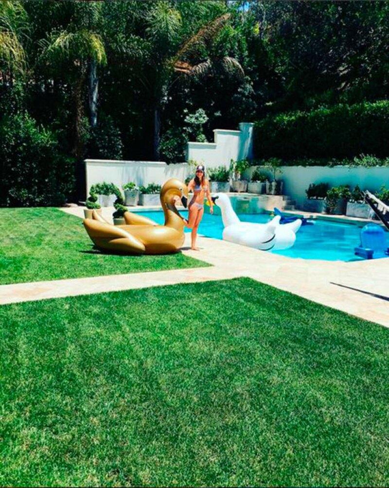 La actriz celebró el inició del verano con sus amigos en una pool party.