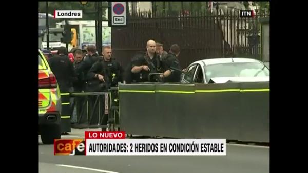 Un auto choca contra las barreras del Parlamento británico en Westminster