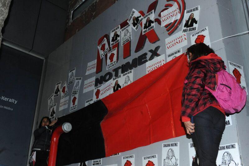 Trabajadores sindicalizados de Notimex, colocaron banderas de Huelga al no legar a ningún acuerdo con directivos de esta agencia.