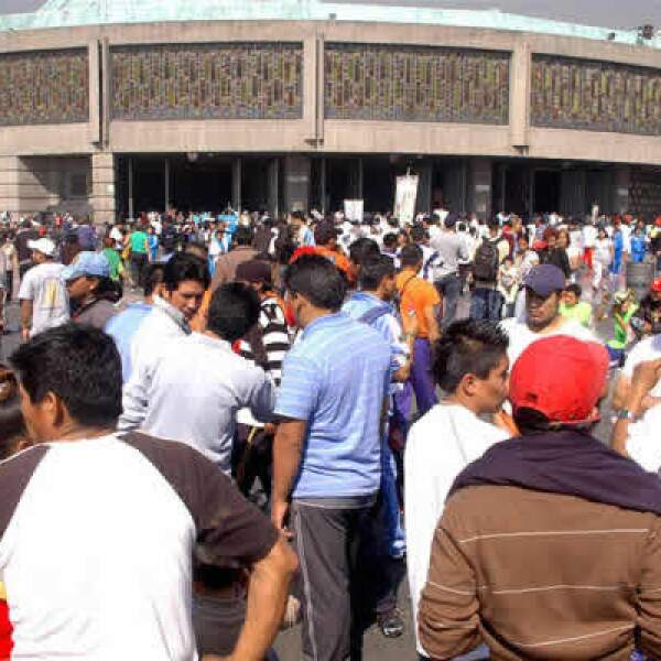 Los peregrinos guadalupanos se dieron cita en la Basílica de Guadalupe; tan sólo el viernes, el gobierno capitalino registró la entrada a la ciudad de unas 60 caravanas que llegan a celebrar los 478 años de la aparición de la Virgen de Guadalupe.